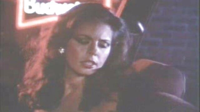 पिताजी हिंदी सेक्सी मूवी वीडियो में बिस्तर में उसकी पत्नी और बेटी दुलार