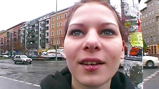 कपड़े के सेक्सी मूवी हिंदी में वीडियो बिना उसके शरीर को पथपाकर गर्भवती वेश्या